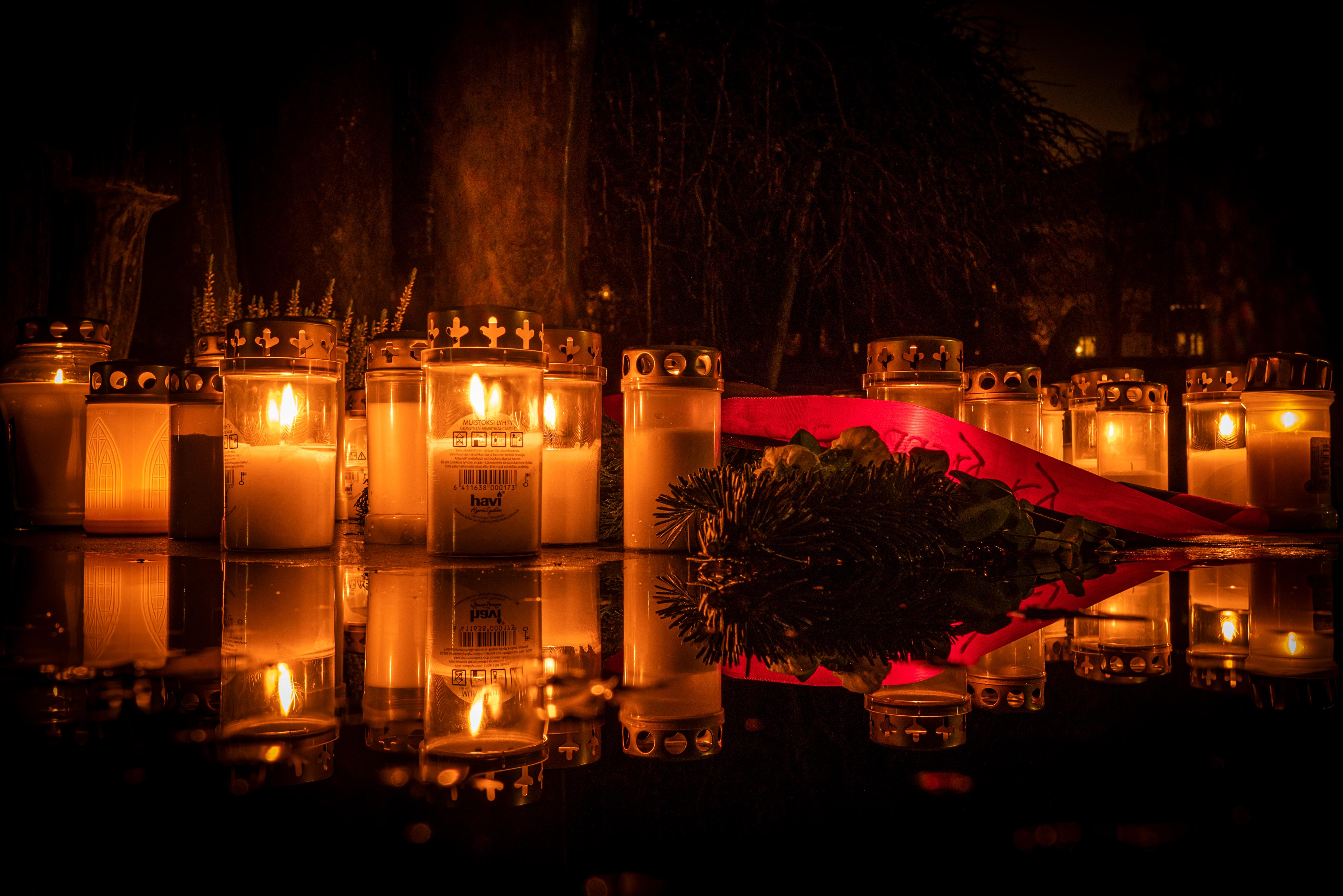 Kynttilöitä haudalla pyhäinpäivänä. Tuukka Lindholm.