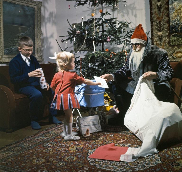 Joulupukki jakaa lahjoja. 1960-luku. Jernvall Juha / Helsingin kaupunginmuseo.