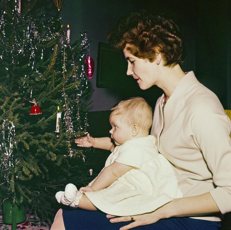 Äiti lapsi sylissään. Joulu 1960-luvulla. Jernvall Juha / Helsingin kaupunginmuseo.