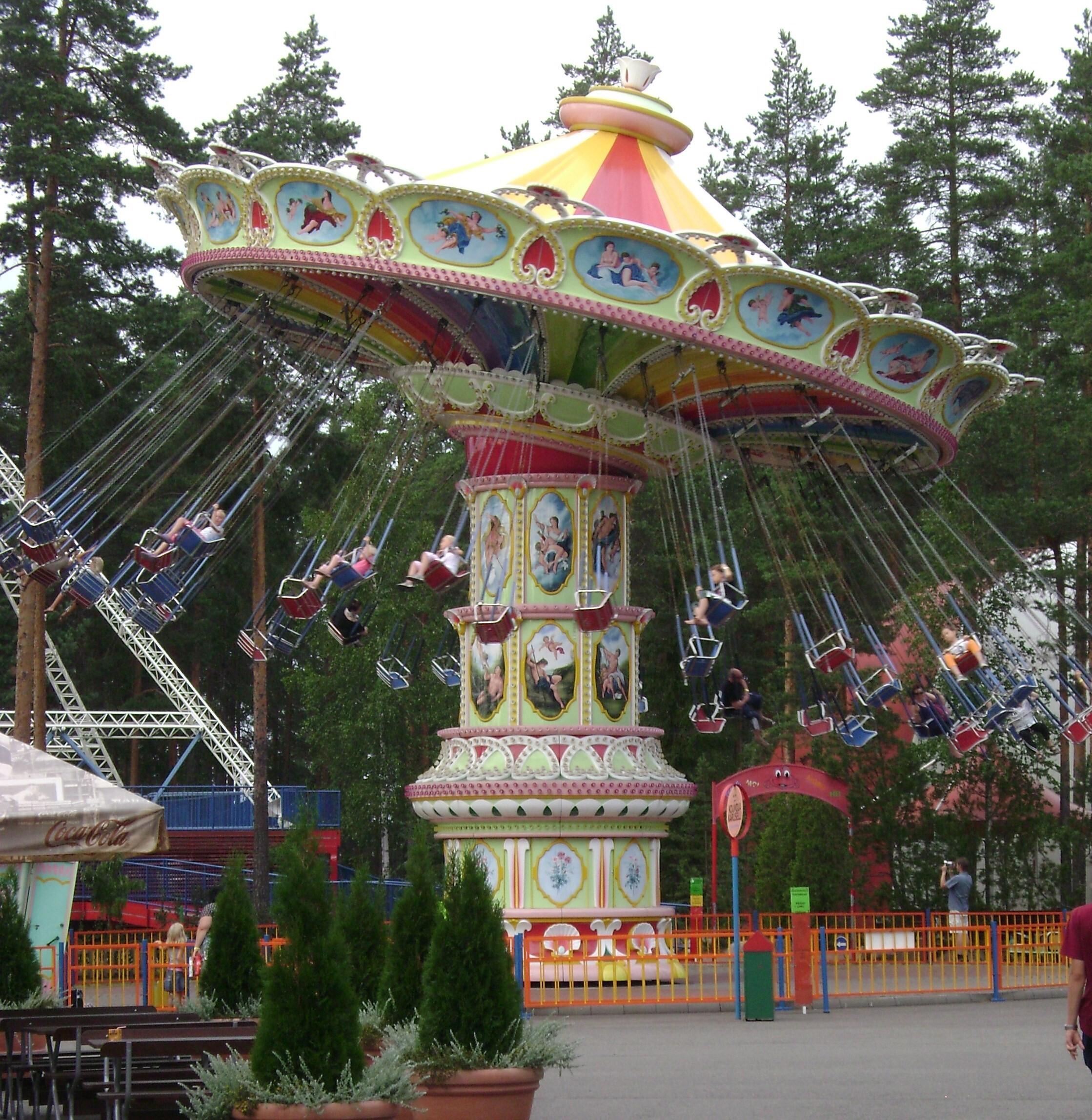 Keinukaruselli Tykkimäen huvipuistossa, 2010. Otto Karikoski, CC BY-SA 3.0.