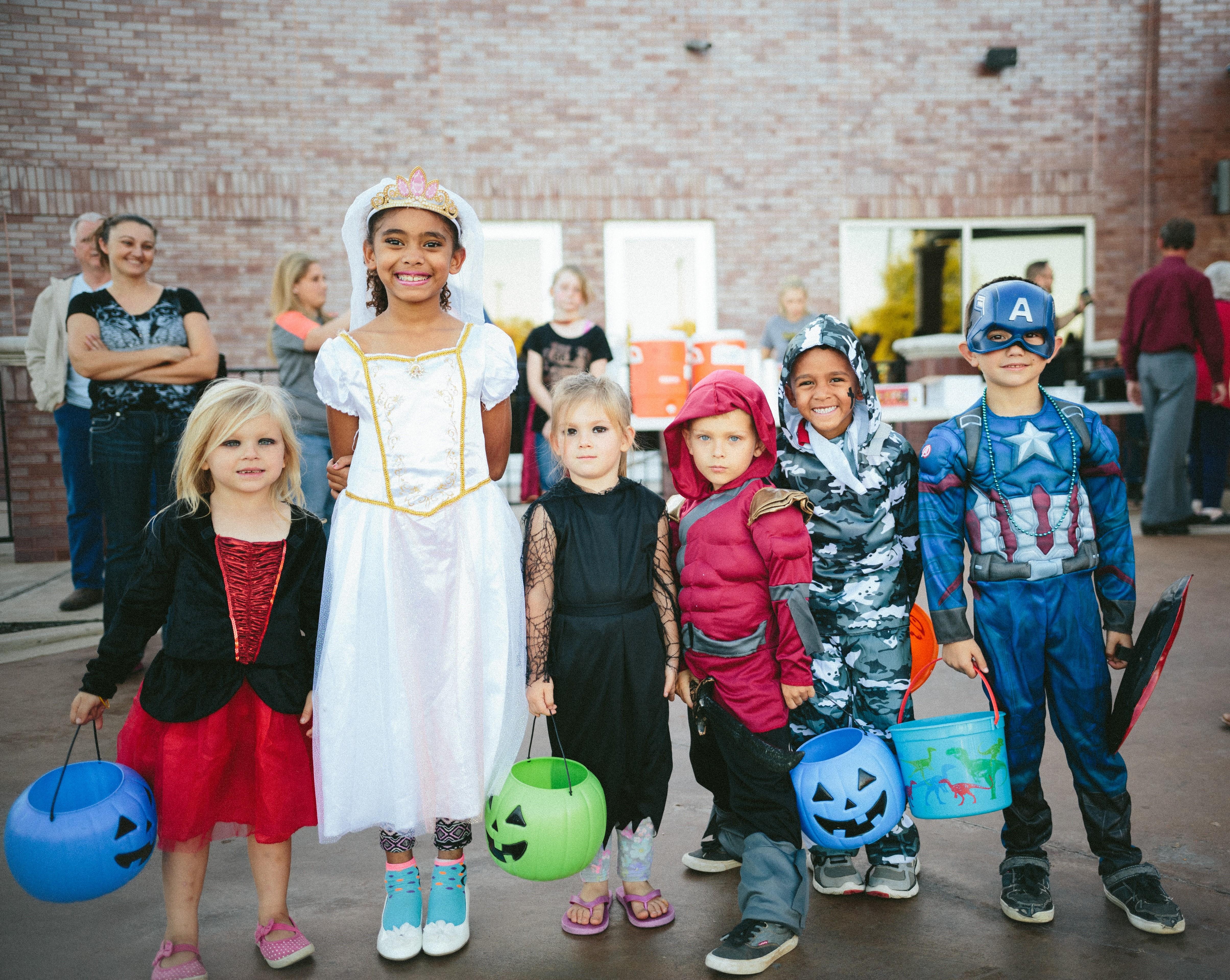 Lapset halloween-asuissa. Connor Baker / Unsplash