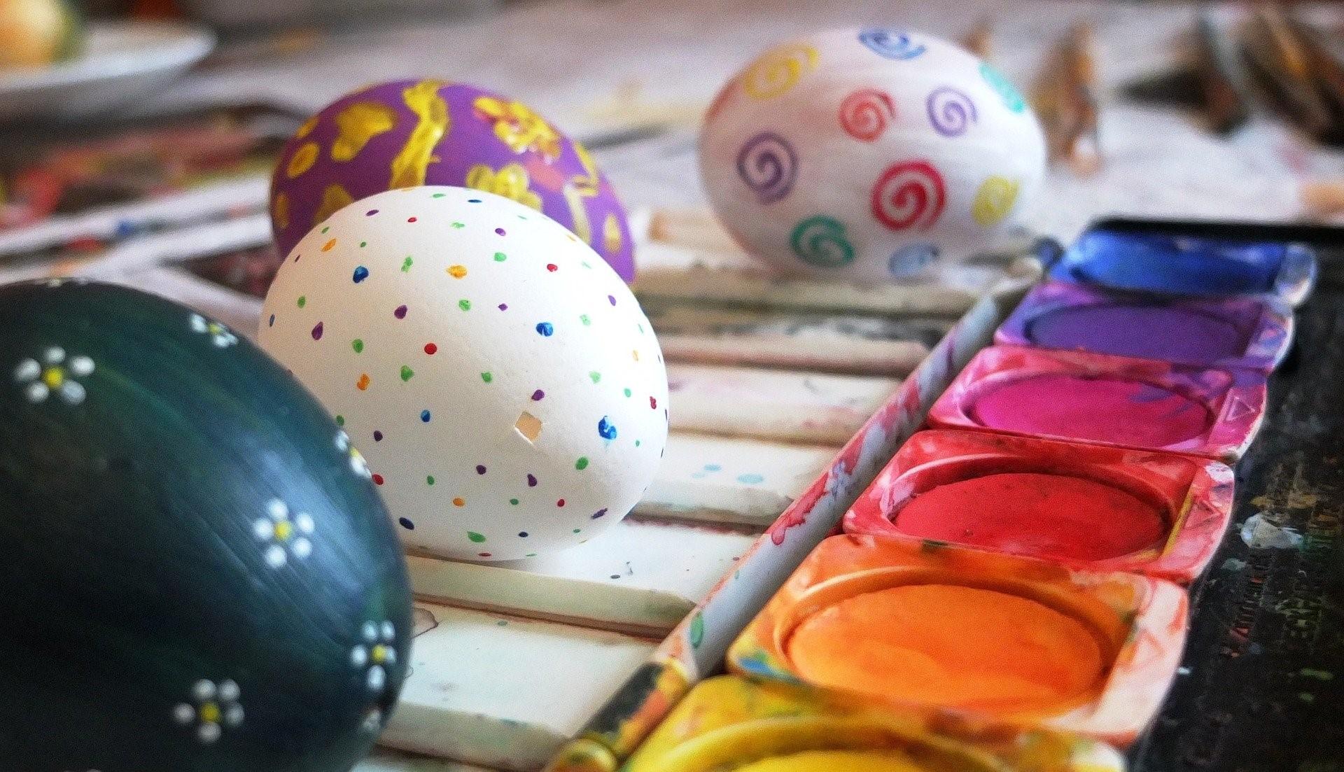 Kananmunia voi maalata vesiväreillä. Pixabay.