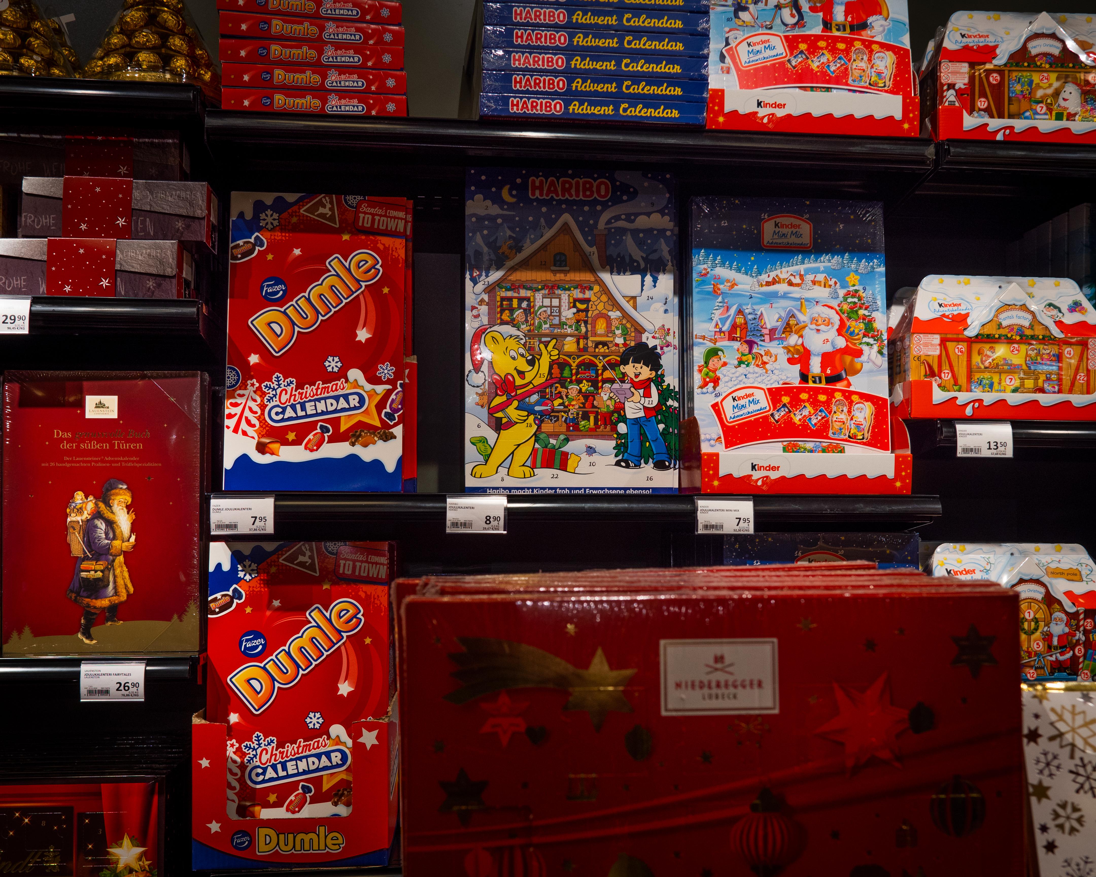 Joulukalentereita kaupassa. Tuukka Lindholm.