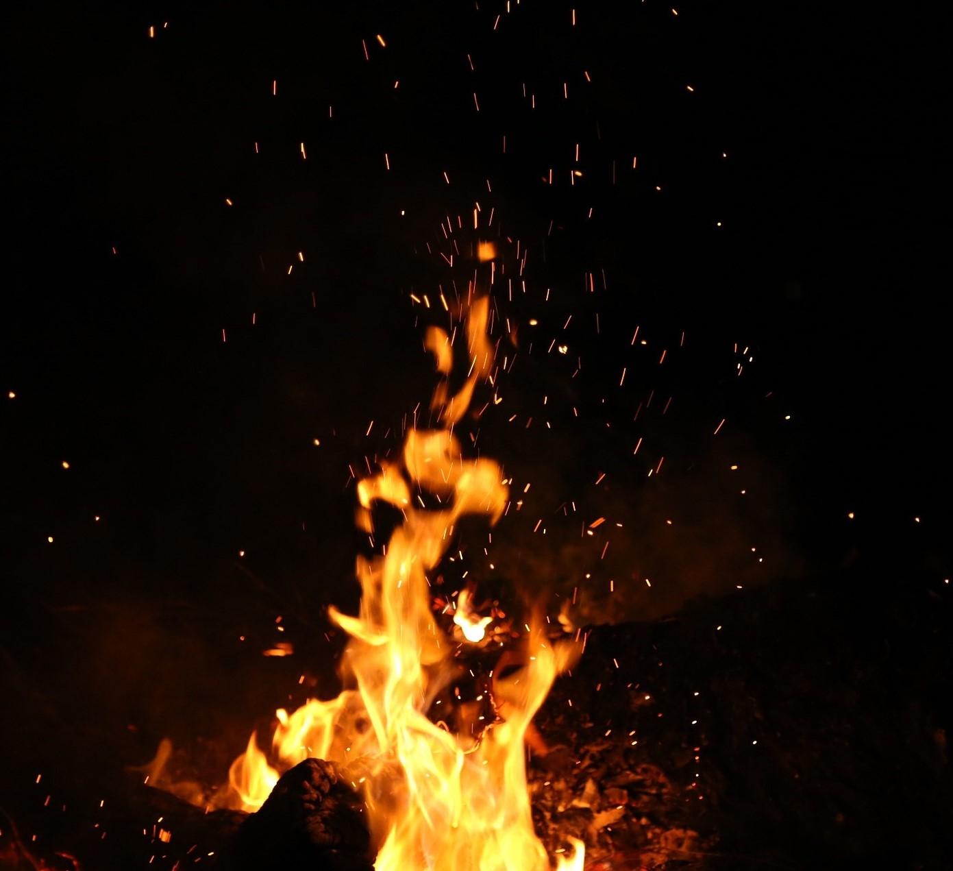 Tulesta lentävät kipinät.