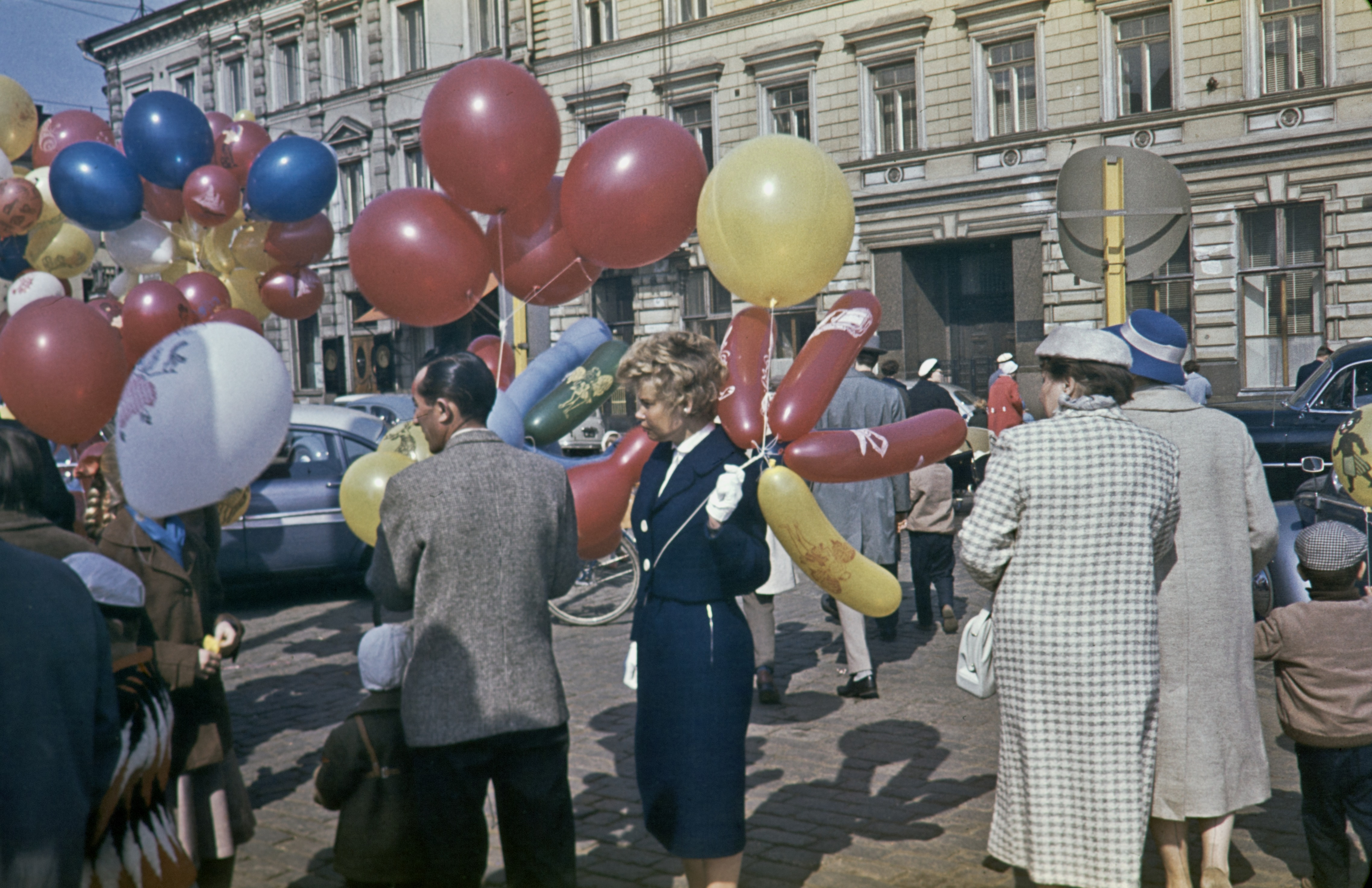 Ilmapallojen myyjiä Kauppatorin vapputorilla 1959. Kajantie Arvo / Helsingin Kaupunginmuseo.