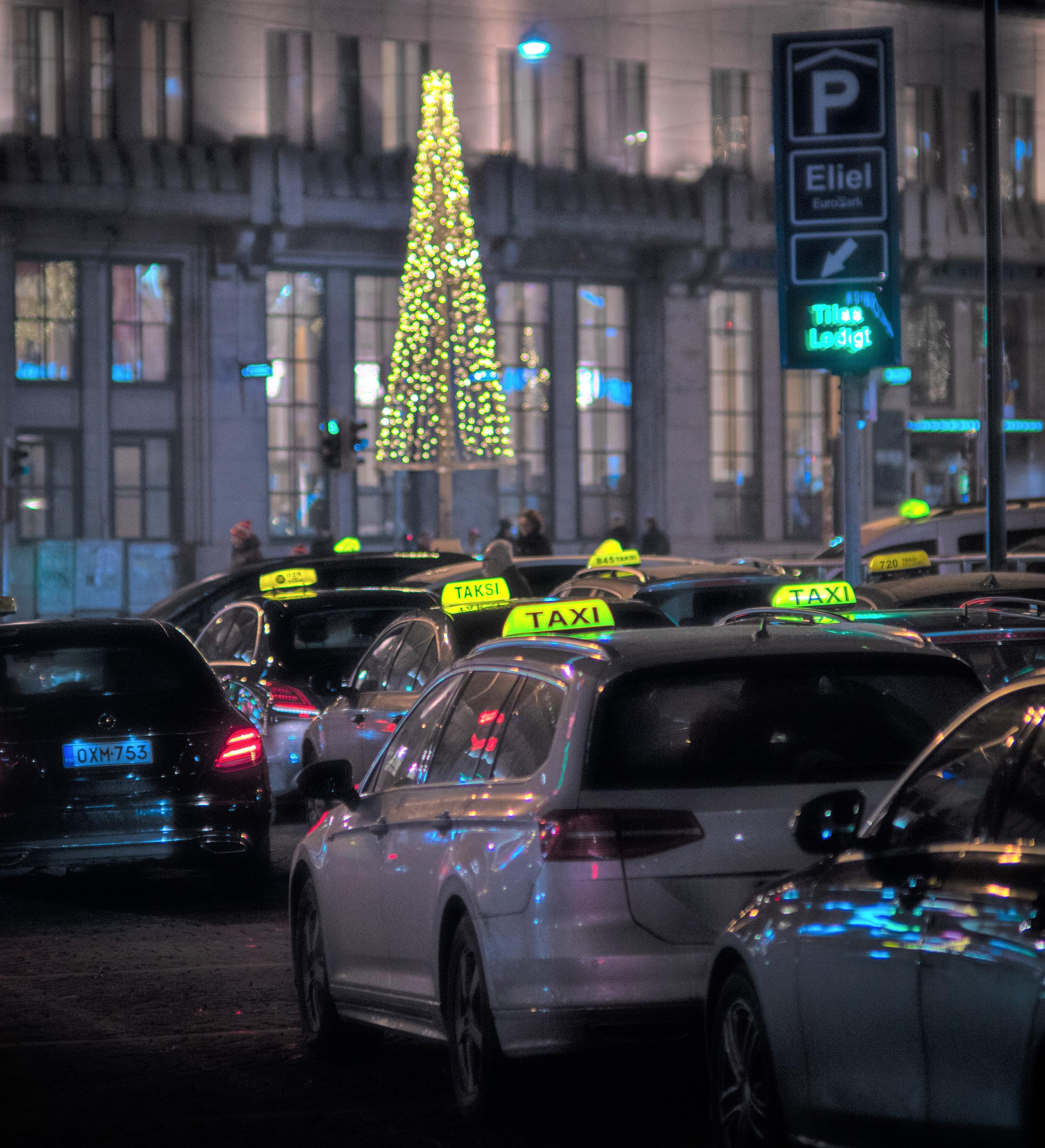Pikkujoulujen aikaan taksijono on pitkä Tuukka Lindholm.