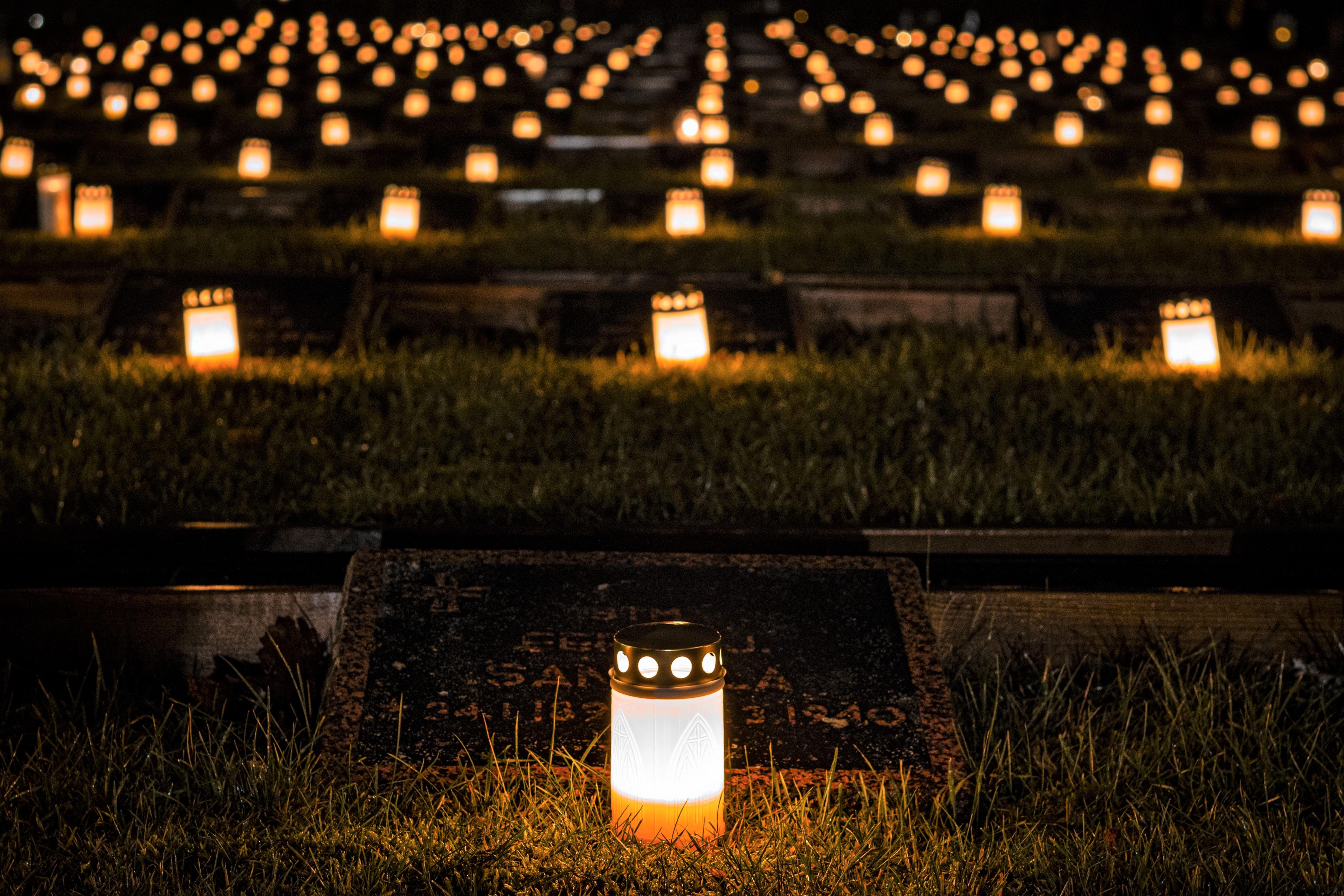 Kynttilä sankarihaudalla itsenäisyyspäivänä. Tuukka Lindholm.