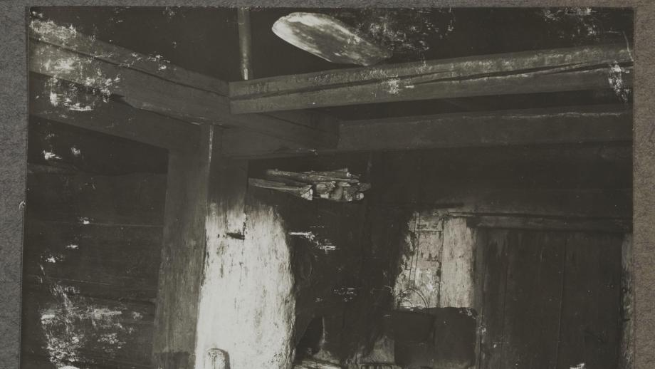 Ollikaisen savupirtin uuni. Lempaala, Inkeri 1911. Kuva Samuli Paulaharju. SKS.