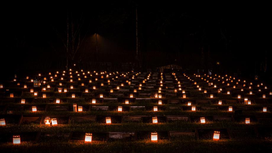 Kynttilöitä sankarihaudoilla itsenäisyyspäivänä. Tuukka Lindholm.