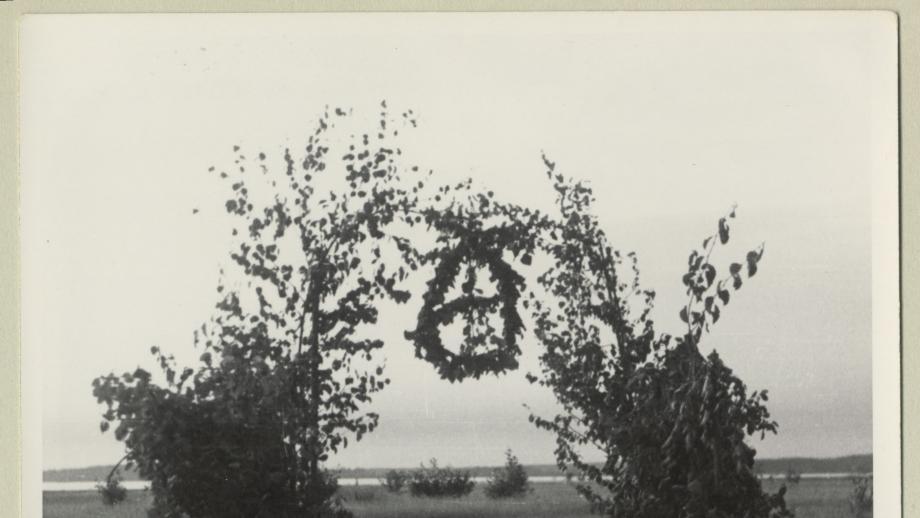 Karjan portti Salmissa juhannuksena 1937. Kuva Yrjö von Grönhagen. SKS.