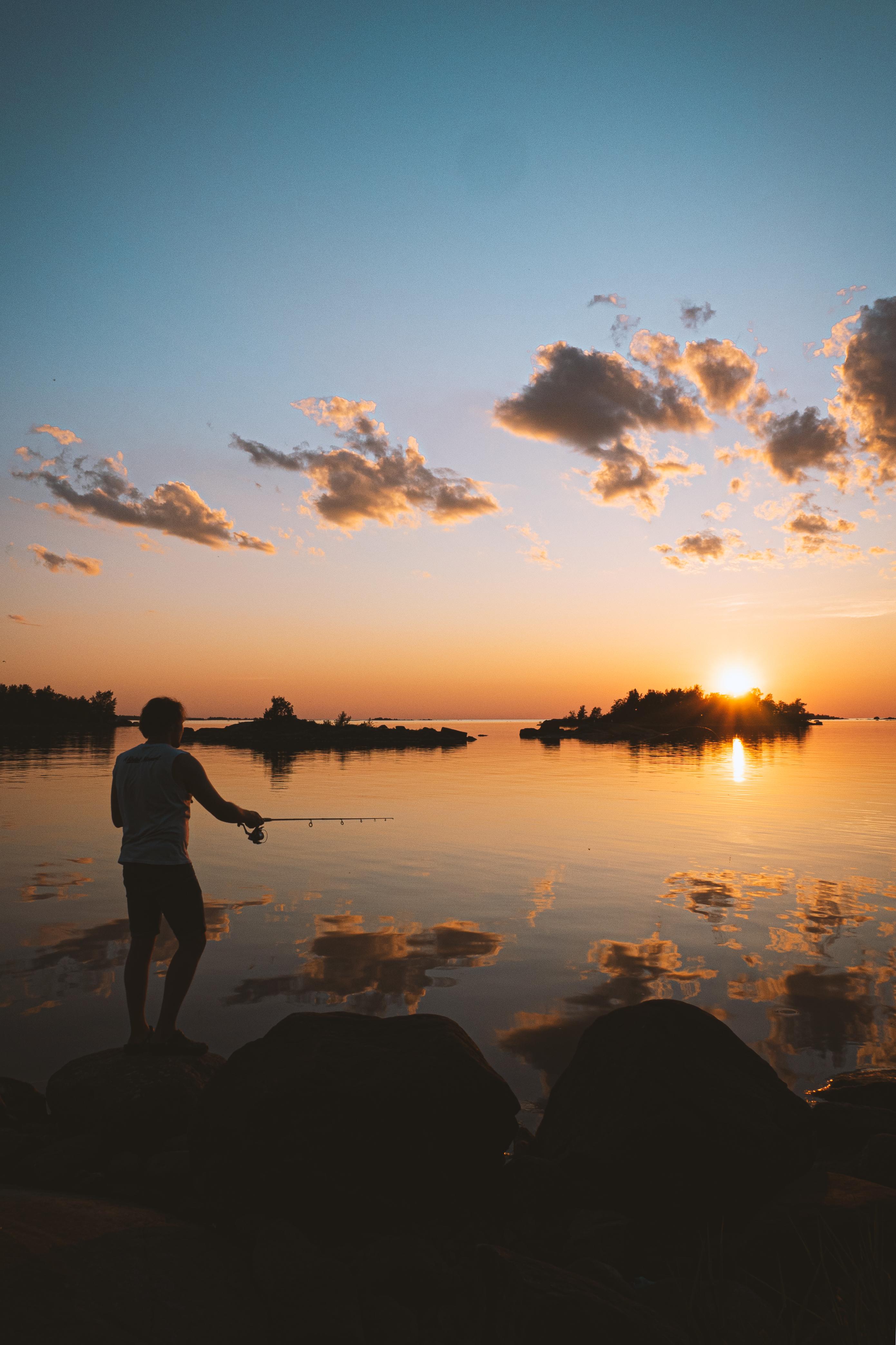 Kalastusta kesäyössä. Tuukka Lindholm.